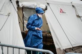 Miembro de un equipo de Médicos Sin Fronteras trabajando en respuesta al COVID-19 en Bruselas, Bélgica.