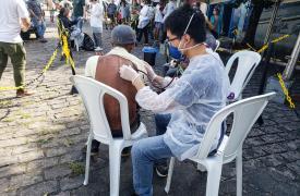 Personal de MSF examinando a personas sin hogar en los refugios del centro de São Paulo. Las actividades también incluyen promoción de la salud.