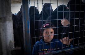 Una niña mirando a través de una valla cerrada en el campamento de Al-Hol, gobernación de Al-Hasakah, noreste de Siria.