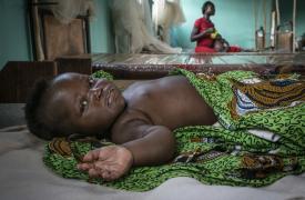 Varias mujeres esperan en la cola para que sus hijos e hijas reciban la vacuna contra el sarampión en el distrito de Baboua-Aba, República Centroafricana. Marzo de 2020.
