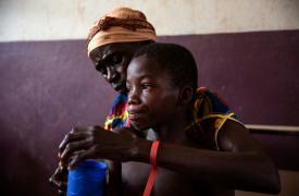 Yvonne y su hijo Maxime en la sala de sarampión del hospital Bossangoa, ella reconoció los síntomas de su hijo de la última epidemia, cuando ella era una niña.