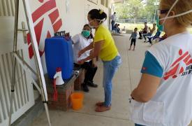El equipo de Promoción a la Salud de MSF sensibiliza a la comunidad que asiste al Ambulatorio Amigos para la Salud, en el Estado Anzoátegui, sobre cómo prevenir el COVID-19.