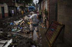 El río inundó las casas y destruyó la mayoría de las pertenencias de los habitantes de la comunidad El Granjero II, en El Salvador, tras el paso de la tormenta tropical Amanda.
