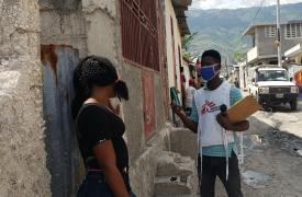 Nuestros equipos de promoción de la salud crean conciencia sobre las medidas preventivas relacionadas con el COVID-19 en Martissant, una comuna de Puerto Príncipe, la capital de Haití.