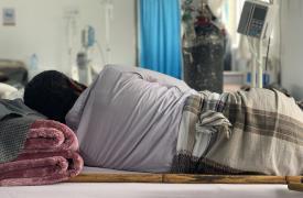 Un paciente recibe tratamiento en la sala del centro COVID-19 Sheikh Zayed apoyado por Médicos Sin Fronteras en Saná, Yemen.
