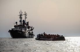 El 23 de agosto de 2020, los equipos de Seawatch y Médicos Sin Fronteras rescataron a 97 personas de un bote de goma abarrotado. Los hombres, mujeres y niños en peligro fueron vistos en aguas internacionales, a unas 30 millas náuticas de Libia.