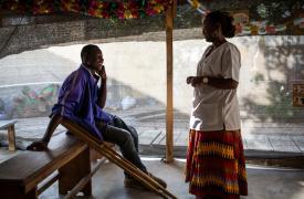 Una psicóloga de Médicos Sin Fronteras (MSF) habla con Jacques Dounya, quien fue amputado en 2017 después de un accidente de motocicleta en Yaundé, Camerún. Como no podía pagar un hospital, viajó hasta Maroua