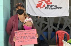 """""""Te doy gracias por los servicios que nos brindan y estar con nosotros cuando más lo necesitamos"""", dice el cartel que sostiene Yulieth Gomez R., un mensaje encmarcado en nuestra campaña """"Unidos somos más""""."""