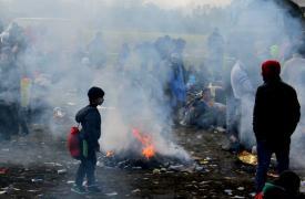 Al no tener acceso ni a refugio ni a comida caliente, los refugiados  tratarán de mantenerse caliente alrededor de las fogatas.