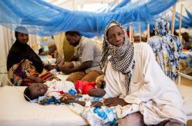 Pacientes de meningitis en el Centro Lazaret, en Niamey, Níger © Sylvain Cherkaoui/Cosmos