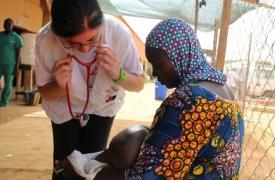 La Dr. Roberta Petrucci examina a un niño. © Halimatou Amadou/MSF