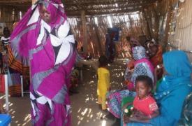 Madres con sus hijos esperando consulta en el Hospital Estatal de Nilo Blanco (Sudán). ©Philippe Carr