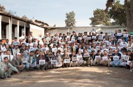 Desde el hospital bombardeado los trabajadores agradecen las muestras de apoyo recibidas de todo el mundo. 3 semanas después del ataque, la primera vez que se volvieron a ver. Peter Casaer/MSF